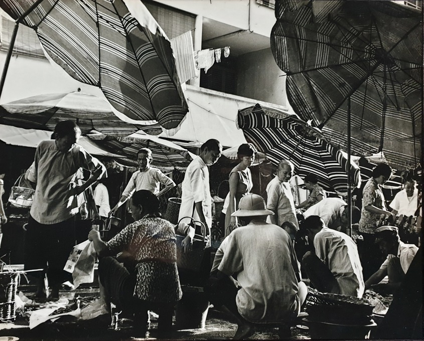 /-/media/shf2020/image/programme/copy-of-hkk-179-ed-3-out-of-4-c1960s--market-scene-sago-street-gelatin-silver-print-355-x-44-cm-hkk-ac.jpg?as=1&mh=680&mw=900